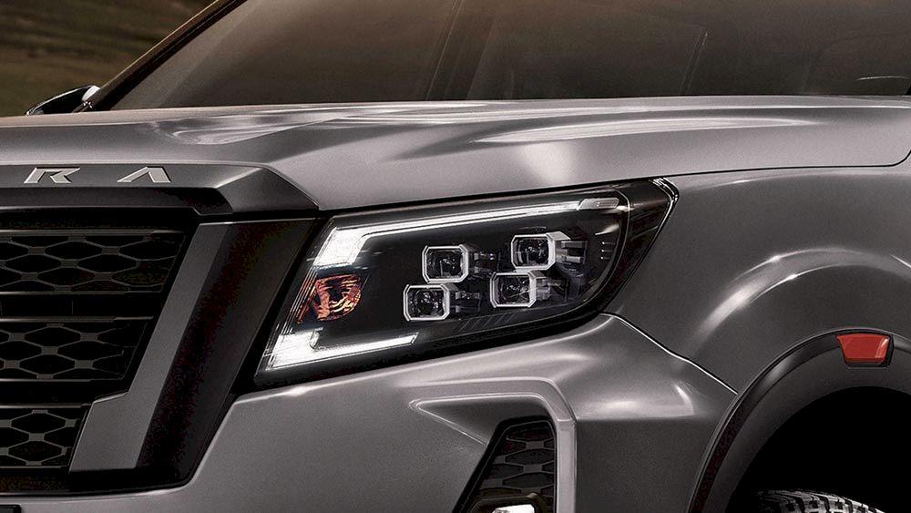 Cụm đèn trước của Nissan Navara 2021 là hệ thống đa thấu kính Quad-LED gồm 4 bóng đèn vuông cho cường độ chiếu sáng tốt