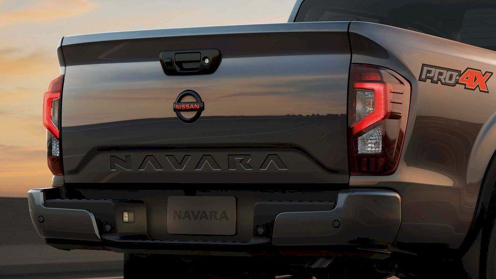 """Nổi bật nhất ở phần đuôi xe là cụm đèn hậu LED hình chữ """"C"""" và dòng chữ """"NAVARA""""được dập ẩn ở giữa. Hãng xe Nhật Bản còn chu đáo mở rộng bậc thùng giúp người dùng dễ dàng khi bốc/dỡ hàng hoá."""