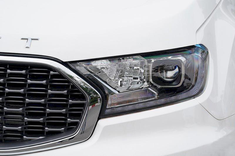 Trong phân khúc SUV 7 chỗ, Ford Everest là một trong những mẫu SUV 7 chỗ đắt khách nhất, nổi bật nhất tại thị trườngô tôViệt Nam. Mẫu xe này liên tục được bổ sung phiên bản nâng cấp, cải tiến về thiết kế, công nghệ tiên tiến nhất. Với khả năng vận hành mạnh mẽ cùng không gian nội thất sang trọng, rộng rãiFord Everest đánh dấu từng khoảnh khắc của bạn bằng những trải nghiệm tuyệt vời. Thiết kế ngoại thất Ford Everest được biết đến là chiếc SUV với thiết kế cơ bắp đậm chất Mỹ, nhưng sau nhiều lần nâng cấp, chiếc xe này giờ đây đã mềm mại hơn khi xét về tổng thể. Hãng xe Mỹ đã mang đến diện mạo trẻ trung hơn cho chiếc xe của mình bằng việc tinh chỉnh một số chi tiết đầu xe. Ford Everest 2021 vẫn duy trì kích thước tổng thể tương tự phiên bản trước với thông số DxRxC lần lượt là 4.892 x 1.860 x 1.837 (mm). Chiều dài cơ sở cũng duy trì 2.850 mm và khoảng sáng gầm tương tự với 210 mm. Thiết kế tổng thể của Ford Everest 2021 duy trì cấu trúc SUV 7 chỗ ngồi chắc chắn và bề thế như một dấu ấn đặc trưng. Phần thay đổi lớn nhất trên mẫu xe này chính là phần đầu với cụm lưới tản nhiệt có thiết kế dạng mắt lưới được mạ chrome, thay thế cho kiểu 3 nan ngang trước đây. Ngoài ra, viền nắp capô được bổ sung thêm dải ký tự E V E R E S T, tương tự như cách trang trí trên các dòng xe Land Rover vốn được khách hàng Việt Nam yêu thích. Ford Everest cũng thật hiện đại hơn với cặp đèn Bi-LED cùng tính năng bật tắt tự động đem lại khả năng chiếu sáng tối ưu nhất cho người dùng. Thêm vào đó là các tính năng an toàn: cản trước với 2 tông màu nhấn mạnh vẻ cứng cáp và xe có đến 6 cảm biến hỗ trợ đỗ xe.
