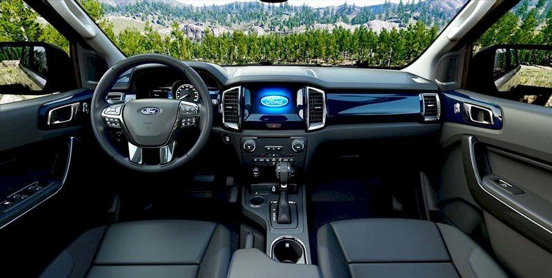 Trong phân khúc SUV 7 chỗ, Ford Everest là một trong những mẫu SUV 7 chỗ đắt khách nhất, nổi bật nhất tại thị trườngô tôViệt Nam. Mẫu xe này liên tục được bổ sung phiên bản nâng cấp, cải tiến về thiết kế, công nghệ tiên tiến nhất. Với khả năng vận hành mạnh mẽ cùng không gian nội thất sang trọng, rộng rãiFord Everest đánh dấu từng khoảnh khắc của bạn bằng những trải nghiệm tuyệt vời. Thiết kế ngoại thất Ford Everest được biết đến là chiếc SUV với thiết kế cơ bắp đậm chất Mỹ, nhưng sau nhiều lần nâng cấp, chiếc xe này giờ đây đã mềm mại hơn khi xét về tổng thể. Hãng xe Mỹ đã mang đến diện mạo trẻ trung hơn cho chiếc xe của mình bằng việc tinh chỉnh một số chi tiết đầu xe. Ford Everest 2021 vẫn duy trì kích thước tổng thể tương tự phiên bản trước với thông số DxRxC lần lượt là 4.892 x 1.860 x 1.837 (mm). Chiều dài cơ sở cũng duy trì 2.850 mm và khoảng sáng gầm tương tự với 210 mm. Thiết kế tổng thể của Ford Everest 2021 duy trì cấu trúc SUV 7 chỗ ngồi chắc chắn và bề thế như một dấu ấn đặc trưng. Phần thay đổi lớn nhất trên mẫu xe này chính là phần đầu với cụm lưới tản nhiệt có thiết kế dạng mắt lưới được mạ chrome, thay thế cho kiểu 3 nan ngang trước đây. Ngoài ra, viền nắp capô được bổ sung thêm dải ký tự E V E R E S T, tương tự như cách trang trí trên các dòng xe Land Rover vốn được khách hàng Việt Nam yêu thích. Ford Everest cũng thật hiện đại hơn với cặp đèn Bi-LED cùng tính năng bật tắt tự động đem lại khả năng chiếu sáng tối ưu nhất cho người dùng. Thêm vào đó là các tính năng an toàn: cản trước với 2 tông màu nhấn mạnh vẻ cứng cáp và xe có đến 6 cảm biến hỗ trợ đỗ xe. Thiết kế Nội thất sang trọng, hiện đại, thông minh